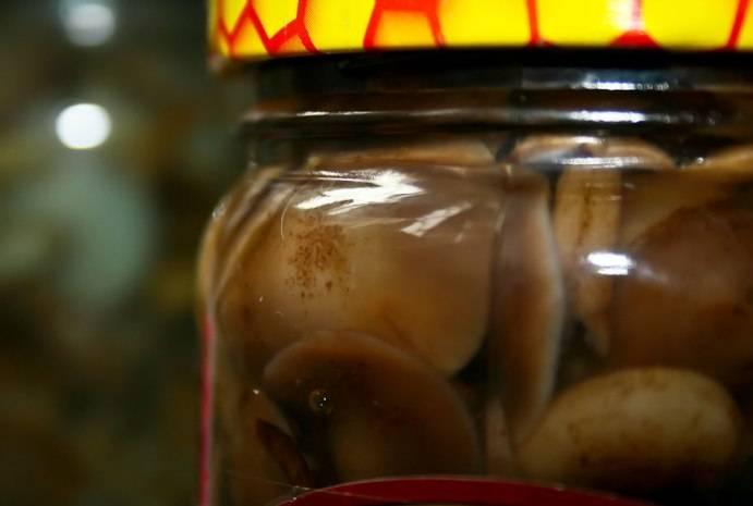 Раскладываем грибы по стерилизованным банкам и закрываем их плотно крышками. Переворачиваем банки на крышку, накрываем теплым одеялом и оставляем остывать, затем переносим в подвал или другое прохладное место.