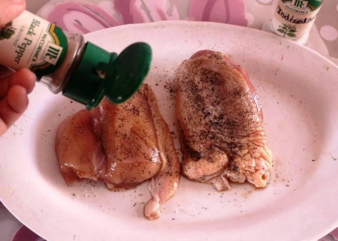 Натрите утиное мясо солью и перцем.
