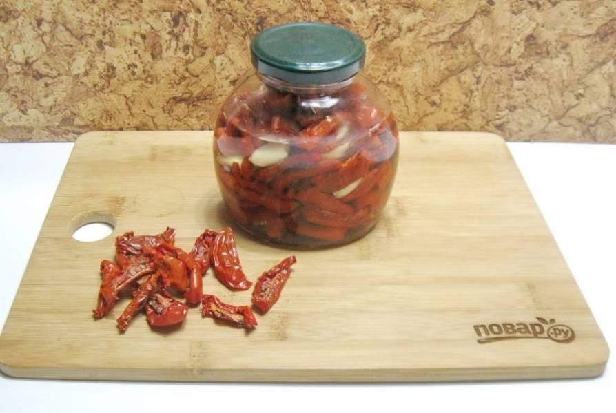 Закройте банку крышкой и храните помидоры с маслом в холодильнике.