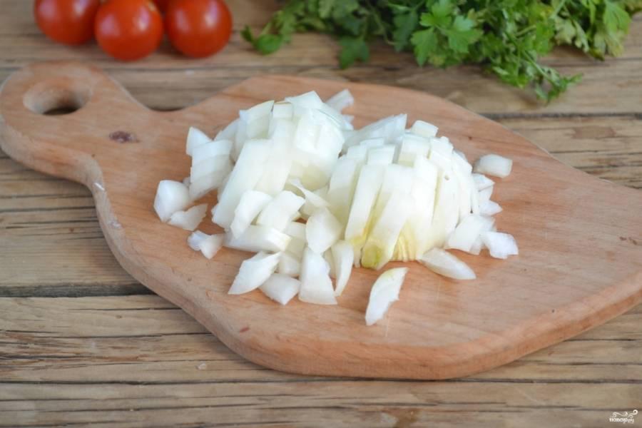 Луковицу порежьте мелкими кубиками. Лук в соусе не должен чувствоваться, а должен только давать легкий оттенок вкуса.