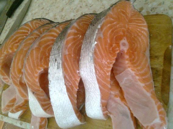 2. Готовые стейки слегка подсолить по вкусу. Также в рецепт приготовления шашлыка из рыбы на костре можно использовать небольшие рыбины целиком, предварительно удалив внутренности, голову и при желании хвостик.