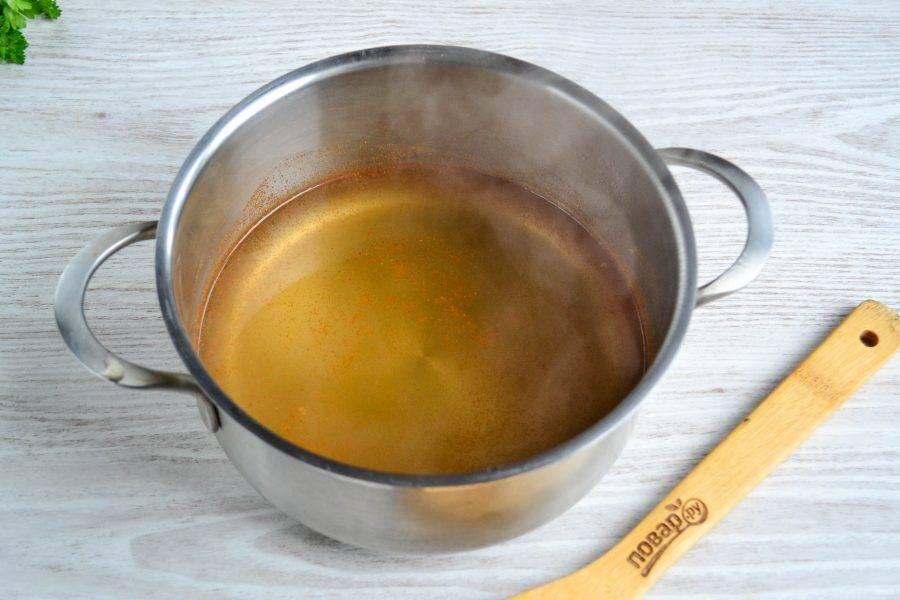 Тем временем приготовьте маринад. В кастрюльку налейте 500 мл. воды, добавьте соль, сахар и красный молотый перец. Доведите до кипения и подержите на огне еще 2 минуты.
