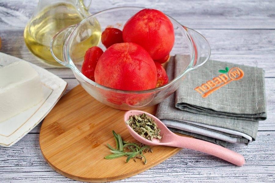 На помидорах сверху сделайте крестообразный надрез, залейте кипятком на 5 минут, очистите кожицу.