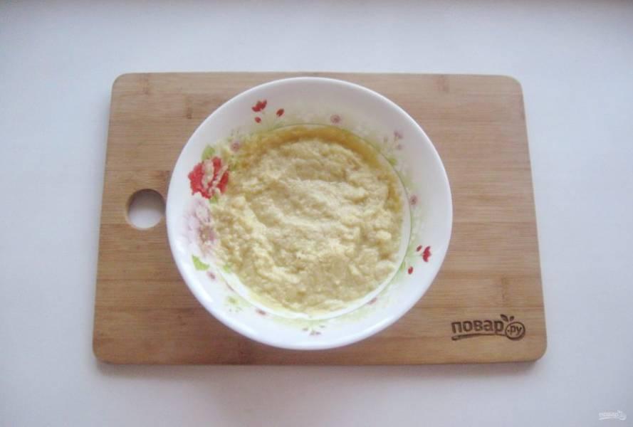 Добавьте 2-3 щепотки соли и перемешайте.