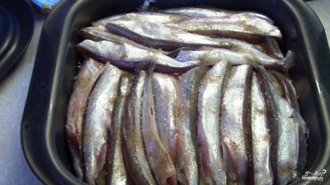Выкладываем еще один слой рыбы. Солим, перчим.