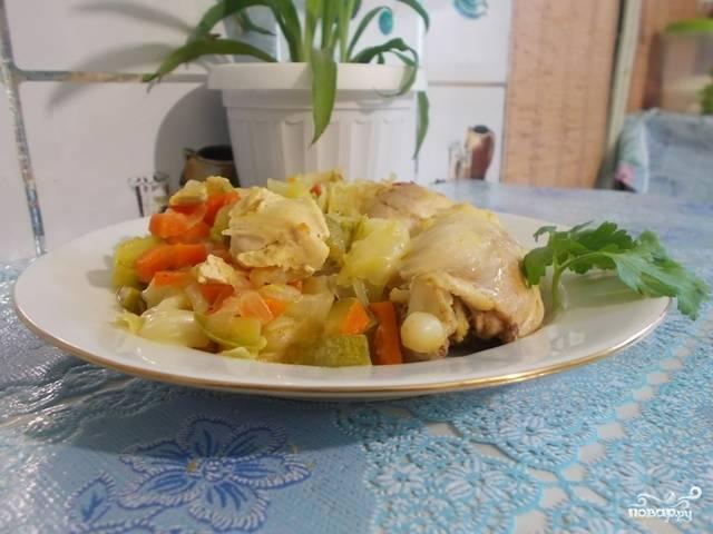 Тушеная капуста с кабачком и курицей