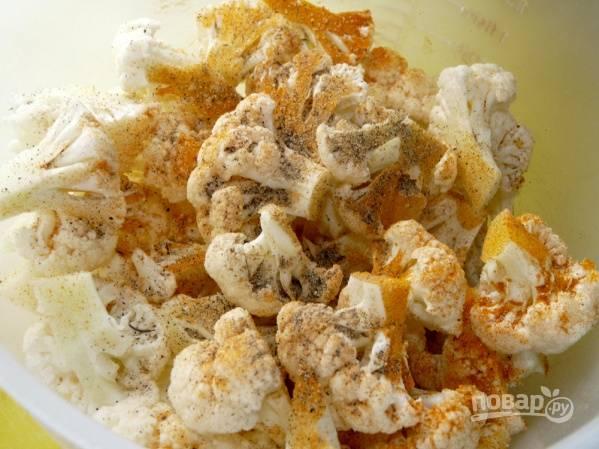 1. Цветную капусту вымойте, обсушите и разберите на соцветия. Посолите, поперчите по вкусу, добавьте куркуму и перемешайте.