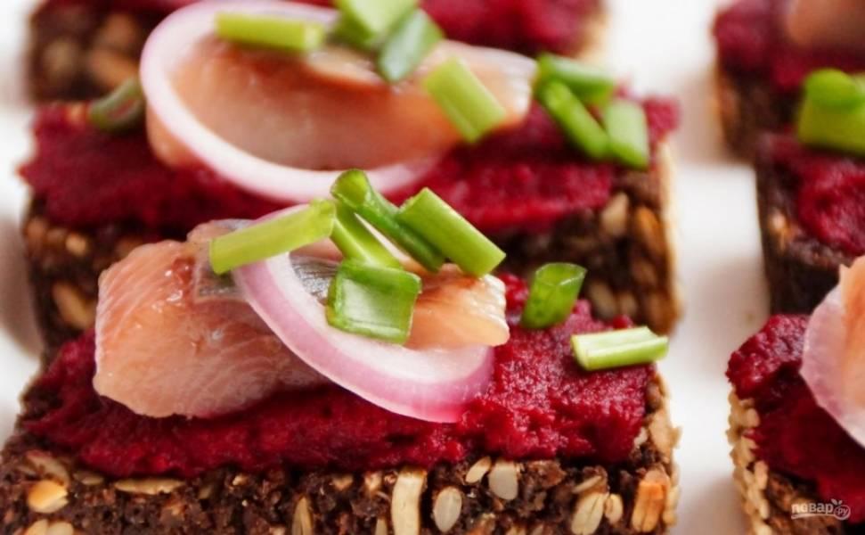 9.Готовые бутерброды посыпаю измельченным зеленым луком и подаю к столу.