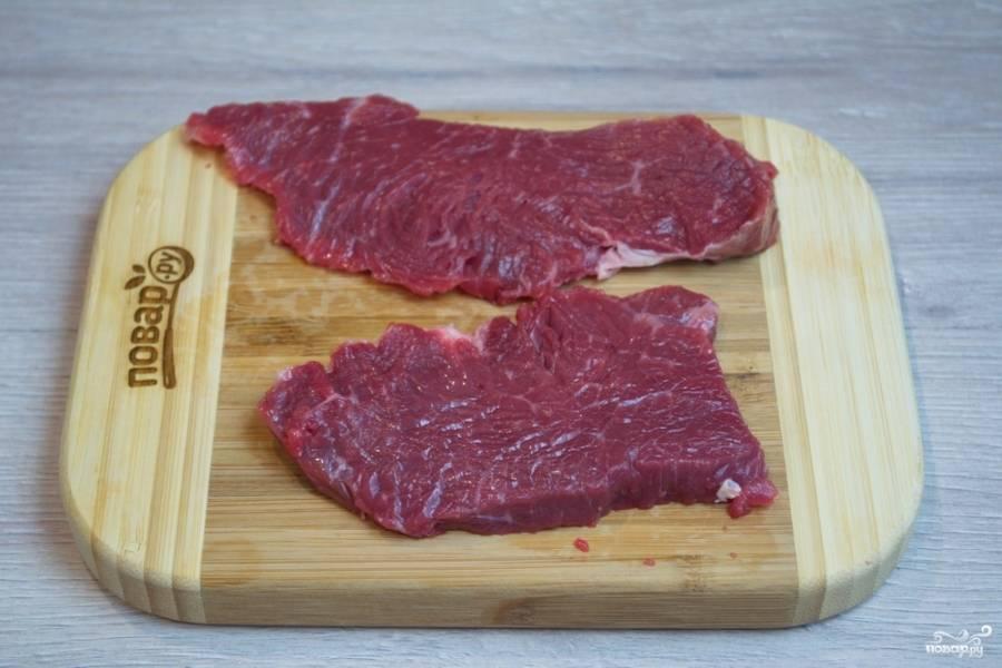 Мясо говядины нарежьте на пластины поперек волокон.