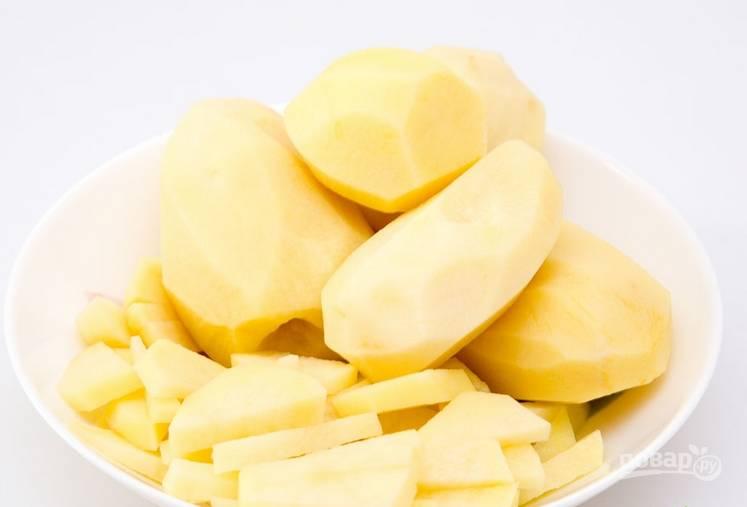В кипящую подсоленную воду опускаем картофель.