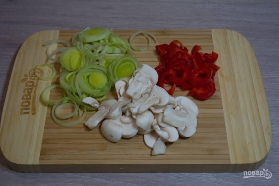 Для приготовления супа необходимо очистить и нарезать: лук-порей, шампиньоны и болгарский перец.
