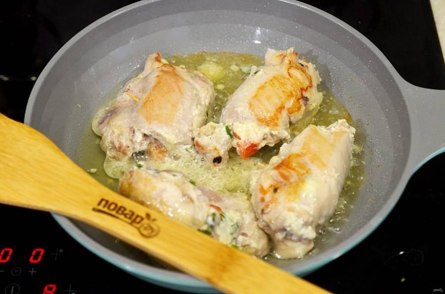 7. Обжарьте со всех сторон на сковороде.