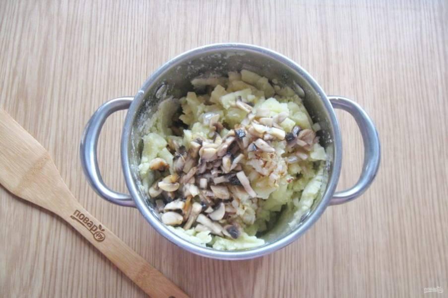 Шампиньоны очистите, помойте и поджарьте. Добавьте в картофельное пюре с луком.
