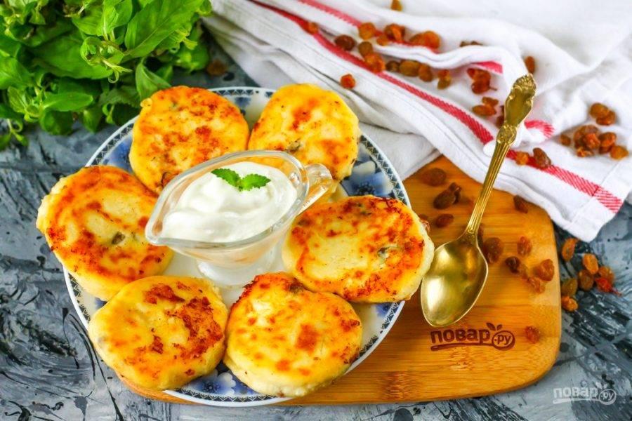 Выложите горячие сырники на тарелку, дайте им слегка остыть и подайте их к столу со сметаной или медом.