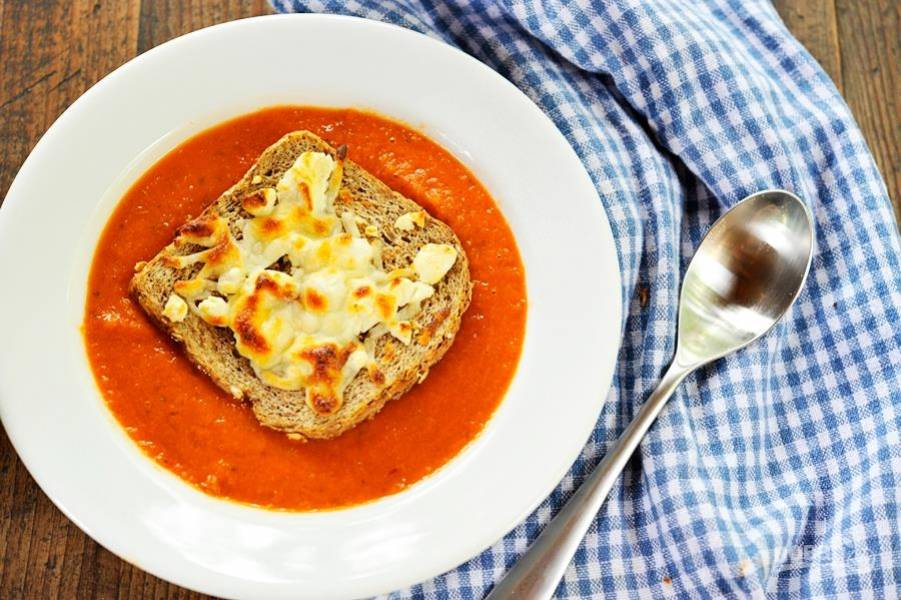 10.Разливаю суп по тарелкам и украшаю поджаренной на оливковом масле гренкой, которую посыпаю тертым сыром. Приятного аппетита!