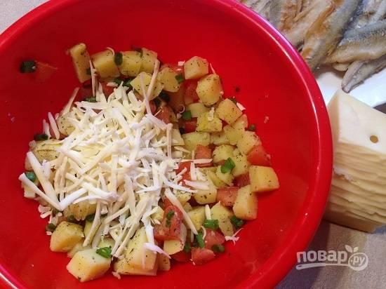 3. Смешаем в миске картофель, помидоры, зеленый лук. Добавим немного сыра, натертого на терке, сушеный базилик, посолим и поперчим. перемешаем.