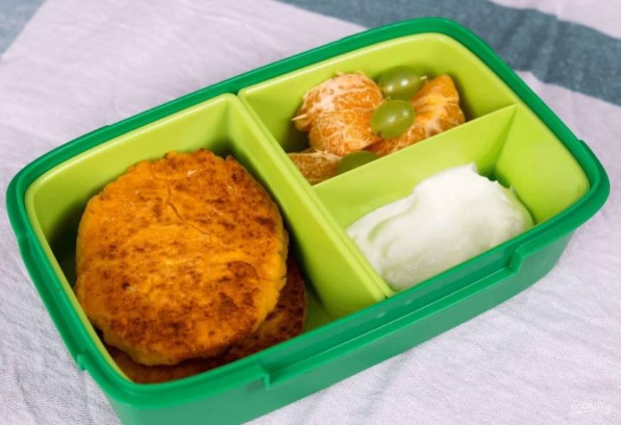 4. Можете положить в ланч-бокс к котлетам нарезанные овощи и фрукты. Приятного аппетита!