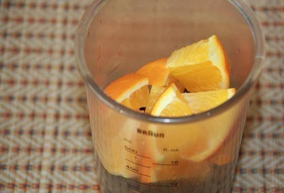 2. Выкладываем в блендер ягоды и кусочки апельсина. Можно сделать в два захода - но пропорции должны быть равны.