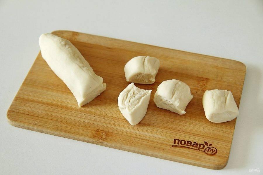 От теста отрежьте кусок, скатайте из него колбаску и нарежьте ее на небольшие кусочки.