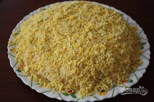 7. Последним слоем у нас будут отложенные желтки. Все, аппетитный и несложный салатик готов к подаче. Наслаждайтесь!