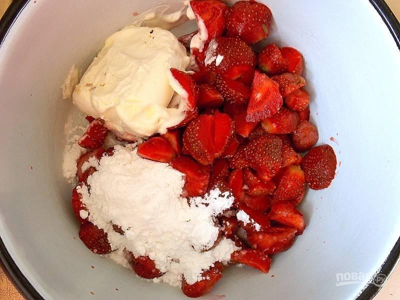 Вымойте и обсушите ягоды, порежьте, уберите на 30 минут в морозилку для охлаждения. Сложите в чашу блендера подмороженную клубнику, мороженое, сахарную пудру, лимонный сок.