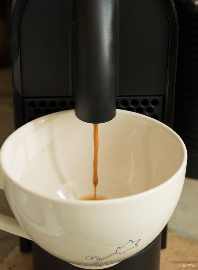 Завариваем кофе, ставим его остужаться. В кофе добавим немного коньяка или рома по вкусу (не перестарайтесь, алкоголя необходимо добавлять совсем немного, для аромата, он не должен перебивать вкуса других ингредиентов).