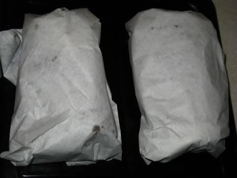 Достаем, заворачиваем в жиропрочную бумагу, убираем в холодильник до подачи.