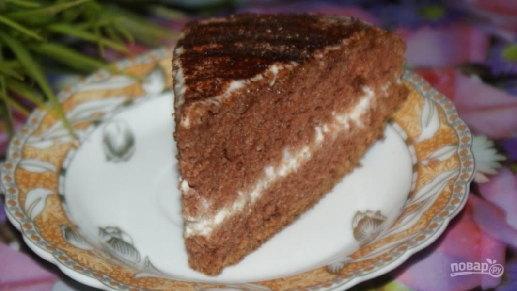 7.Готовый тортик посыпаю какао-порошком и оставляю на несколько часов для пропитки.