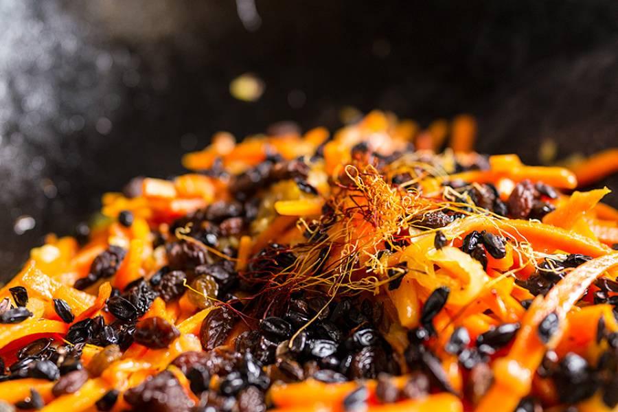Теперь добавляем щепотку шафрана, горсть изюма и столовую ложку барбариса.