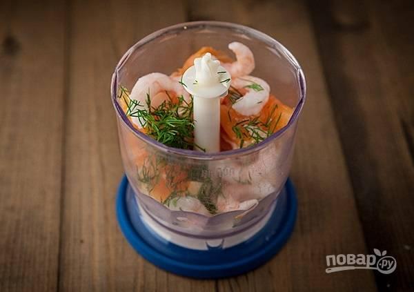 7. Добавьте измельченную зелень, соль и перец по вкусу. Выложите отварные креветки (по желанию, можно не добавлять).