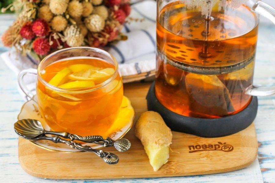 Горячий имбирный чай с лимоном подайте к столу со сладкой выпечкой, разлив в чашки или стаканы.