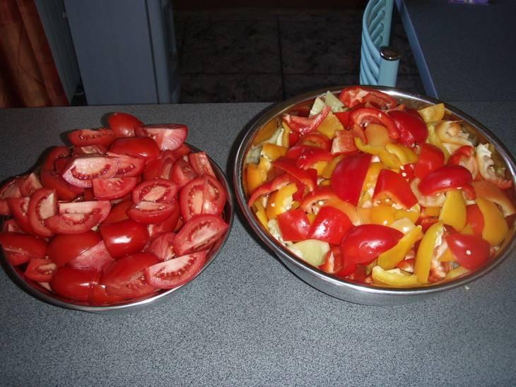 Крупно нарежьте помидоры и перец. Все лишние части удалите.
