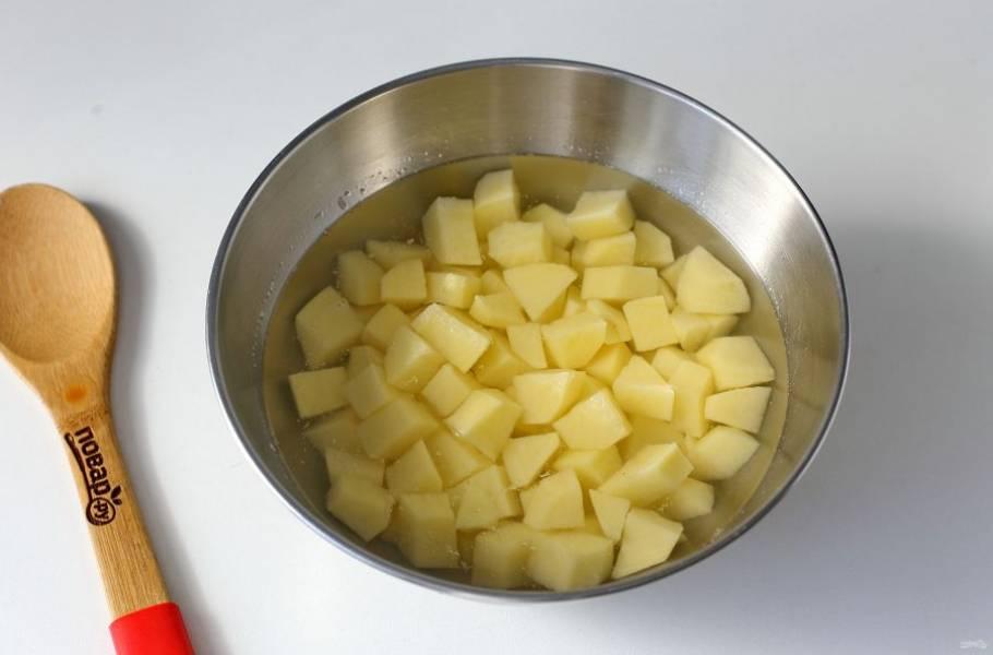 Через 5-10 минут добавьте нарезанный кубиками картофель.