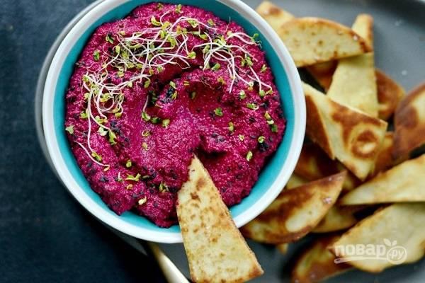 6. Перед подачей можно дополнить зеленью или специями. Потрясающий свекольный хумус готов! Приятного аппетита!