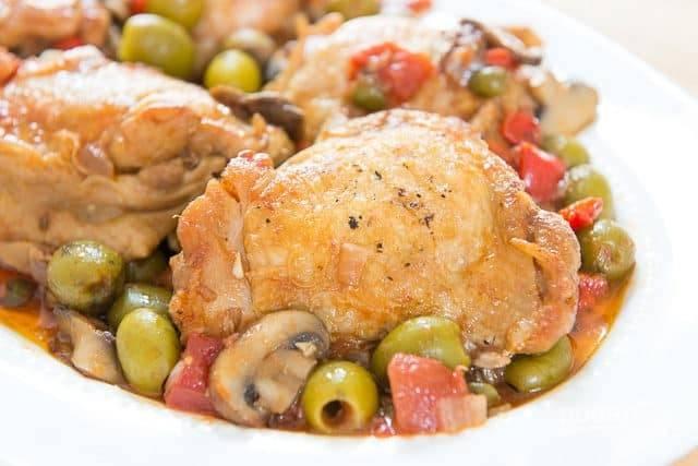 Тушите блюдо без крышки в течение 20-ти минут. В конце добавьте мелко нарезанные помидоры. Всё готово! Приятного аппетита!