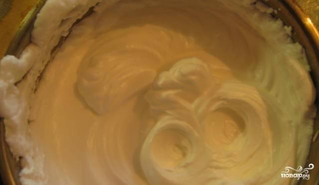 2. Отдельно взбиваем в пышную пену яичные белки. Затем аккуратно смешаем белки и желтки.