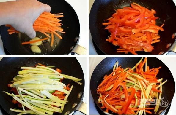 4. На раскаленной сковороде с растительным маслом обжарьте нарезанные овощи до мягкости.