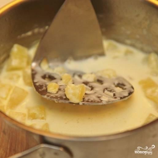 Делаем из отваренного картофеля пюре, излишки сливок сливаем.