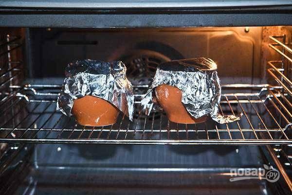 10. Накройте горшочки крышечками или фольгой. Отправьте обратно в духовку и запекайте еще полчасика до готовности.