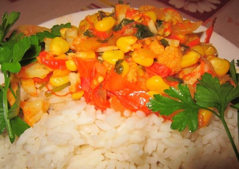 5. За это время можно отварить и гарнир. Лучше всего сочетается с капустой и кукурузой в соусе рис. Попробуйте приготовить это полезное и вкусное блюдо.
