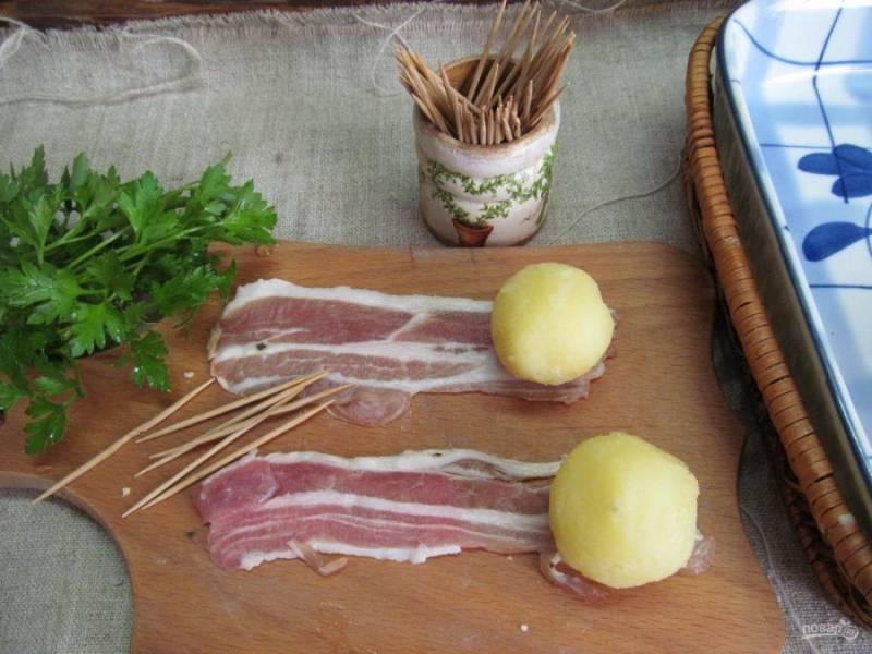 Снять кожуру с картофеля, разложить полоски бекона и на край картофель.