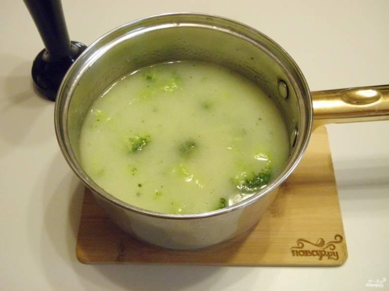 За 10 минут манка и капуста успевают как следует провариться. Откорректируйте супчик на соль. Приготовьте блендер.