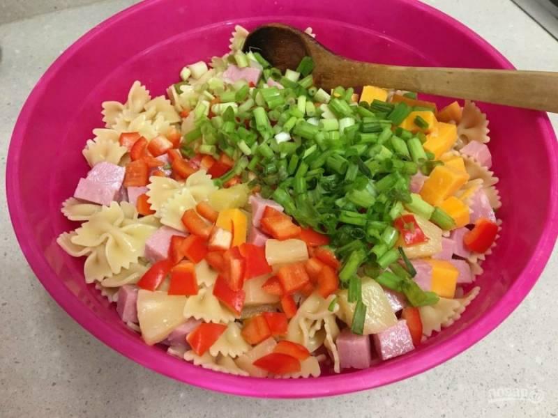 7.В миску выкладываю все измельченные ингредиенты, добавляю макароны, хорошенько перемешиваю.