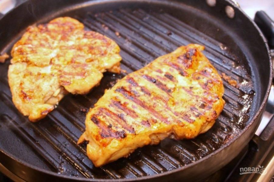 Достаньте куриную грудку, отбейте ее молоточком прямо в пакете. Обжарьте на растительном масле с обеих сторон до золотистого цвета. Примерно по 4-6 минут.