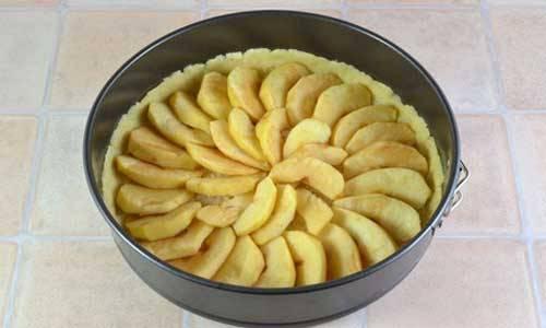 Все яблоки уложите на дно формы.