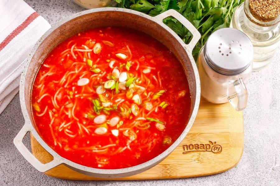 Промойте и измельчите зеленый лук, можно — любую другую свежую зелень. Добавьте в суп и протомите около 2 минут на плите, на минимальном нагреве. По желанию можете спрессовать в суп очищенный зубчик чеснока.