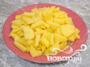 Затем нужно почистить картофель, нарезать небольшими кубиками.