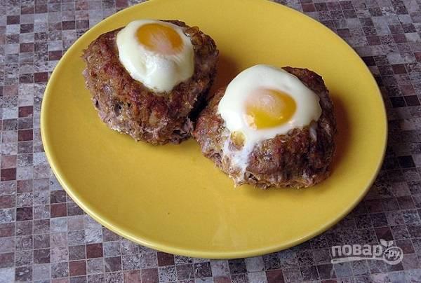 8. Запекайте гнезда около 45-50 минут до готовности. Подавайте блюдо к столу с гарниром, овощами или соусом по вкусу.  Приятного аппетита!