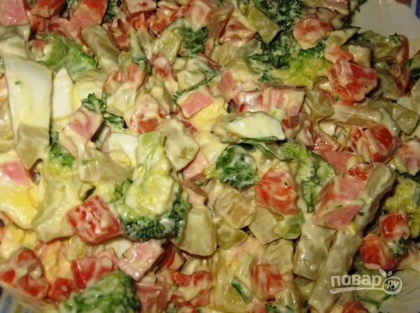 Все ингредиенты смешайте. Заправьте салат солью и майонезом. Приятного аппетита!