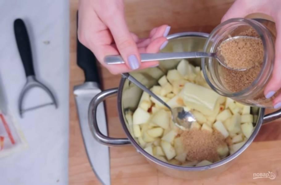 3. Серединки яблок без косточек и целые яблоки, которые не будете запекать, нарежьте небольшими кусочками и добавьте к ним сливочное масло, тростниковый сахар и корицу.